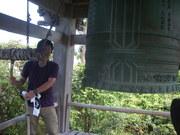 120805大願寺鐘楼で鐘つきを@エコカフェ(佐渡島).JPG